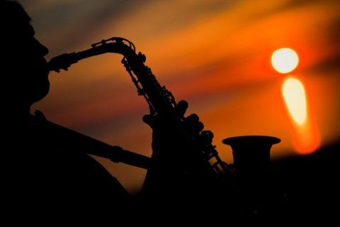 Выступление саксофониста (скрипача)